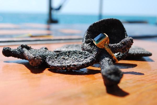 Золотое кольцо имеет высоту в 5 см и ширину - 4,7 см. Изумруд имеет
